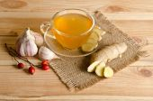 Cup of tea , ginger, garlic. Home antimicrobial therapy — Stock Photo