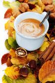 舒适杯咖啡和秋天的落叶 — 图库照片