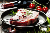 Raw beef steak and wine — Foto de Stock