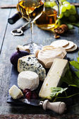 Verschillende soorten kaas witte en rode wijn — Stockfoto