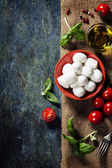 Cherry tomatoes, basil leaves, mozzarella cheese and olive oil f — Stock Photo