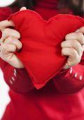Rood hart in handen — Stockfoto