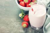 Een glas strawberry smoothie — Stockfoto