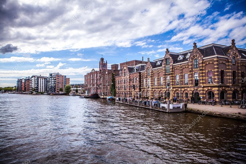 amsterdam holanda de agosto de famoso naves de primer plano de la ciudad de amsterdam vista del paisaje general del edificio de la ciudad y la