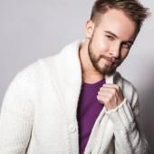 Elegante & positieve jonge knappe man. Studio mode portret. — Stockfoto
