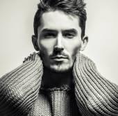 ニットのセーターのハンサムな若者のブラック ホワイト スタジオ肖像画。クローズ アップ写真. — ストック写真
