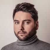 Elegant young handsome man in grey sweater. Studio fashion portrait. — 图库照片