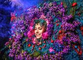 Retrato de conto de fadas menina rodeado de flores e plantas naturais. Imagem de arte na estilização de fantasia brilhante. — Fotografia Stock