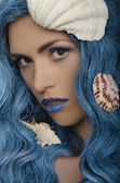 Young woman with blue hair and seashells — Stock fotografie