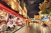 Tourists and locals walk in Montmartre streets — Stockfoto
