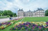 Flowers and buildings of Luxembourg Gardens in Paris — Stock Photo
