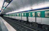 Metro train in Paris — Foto de Stock