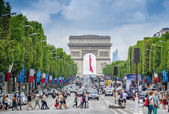 Tourists on the famous Champs Elysees Avenue — Stock Photo