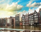 Amsterdam. casas holandesas sobre el canal — Foto de Stock