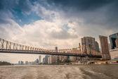 橋とマンハッタンのスカイライン — ストック写真