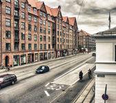 Tourists enjoy city streets — Stock Photo