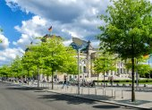 Tourists walk along Reichstag area — Stock Photo