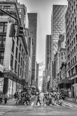 People  walk on Fifth Avenue — Stock Photo