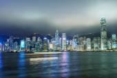 香港。ボートの光の道を使って高層ビル反射 — ストック写真