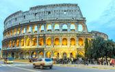 Tourists enjoy Colosseum at night — Stock Photo