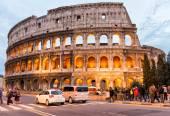 Tourists enjoy Colosseum at night. — Stock Photo