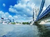 London. Tower Bridge and city skyline over Thames — Stock Photo