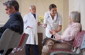 女性の医師が患者に話して — ストック写真