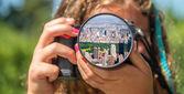 Jong meisje nemen van foto 's — Stockfoto