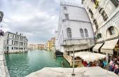 Tourists enjoy city canals — Stock Photo