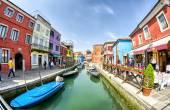 Tourists enjoy colourful city — Stock Photo