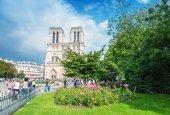 Tourists visit Notre Dame — Стоковое фото