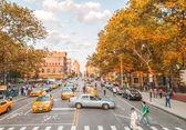 City street traffic on a beautiful day — 图库照片