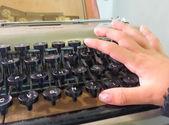 Baby hand typing on typewriter — Foto de Stock