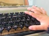 Baby hand typing on typewriter — Photo