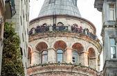 Башня galata, созданная древними зданиями — Стоковое фото