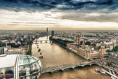 Tourists over the city in the capsules of the London Eye — Stock Photo