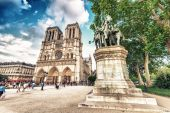 Tourists at Notre Dame Cathedral. — Stock Photo