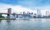 The Brooklyn Bridge with Manhattan skyline — Stock Photo