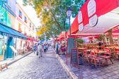 Los turistas explorar las calles de Montmartre — Foto de Stock