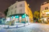 Tourists enjoy Montmartre city life — Stock Photo