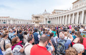 The crowd is waiting the Angelus prayer of Pope Francis I — 图库照片