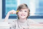勉強のためのアイデアを考えて幸せな小学生男子 — ストック写真