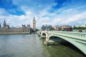 Tourists walk along Westminster Bridge — Stock Photo
