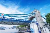 London. Tower Bridge structure on a sunny day — Stock Photo