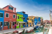 Tourists visit the colourful town of Burano in Venice — Foto de Stock