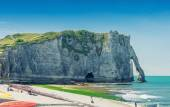 Etretat Aval cliff, rocks and natural arch landmark and blue oce — Stock Photo