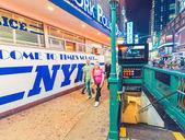 New York City - 8 giugno 2013: Segno di via di polizia a Times Square. — Foto Stock