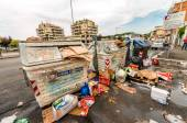 ROME - MAY 20, 2014: Dirty garbage cans in city outskirts. Rome  — Stockfoto