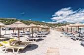 Güzel bir plajda hasır şemsiyeler satırları — Stok fotoğraf