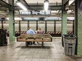 Couple awaiting train in New York Subway Station — Stock Photo